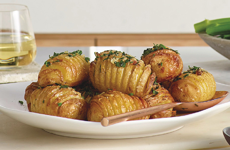 http://www.foodthinkers.com.au/images/easyblog_shared/Recipes/Crispy-Garlic-Hasselback-Potatoes-02.jpg