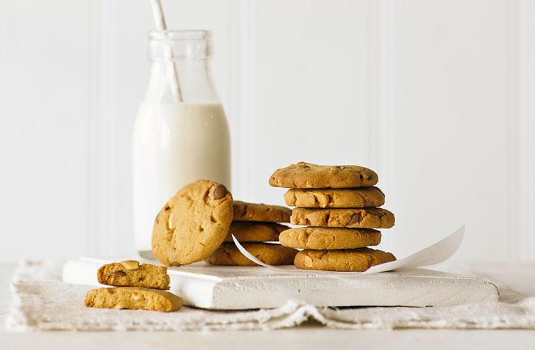 http://www.foodthinkers.com.au/images/easyblog_shared/Recipes/caramel-chip-peanut-butter-cookie.jpg