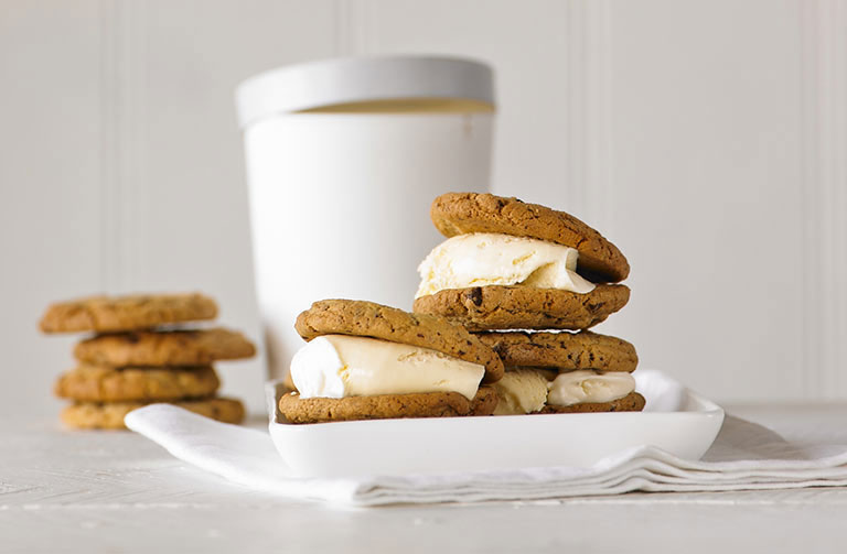 http://www.foodthinkers.com.au/images/easyblog_shared/Recipes/chocolate-chip-ice-cream-sandwiches.jpg