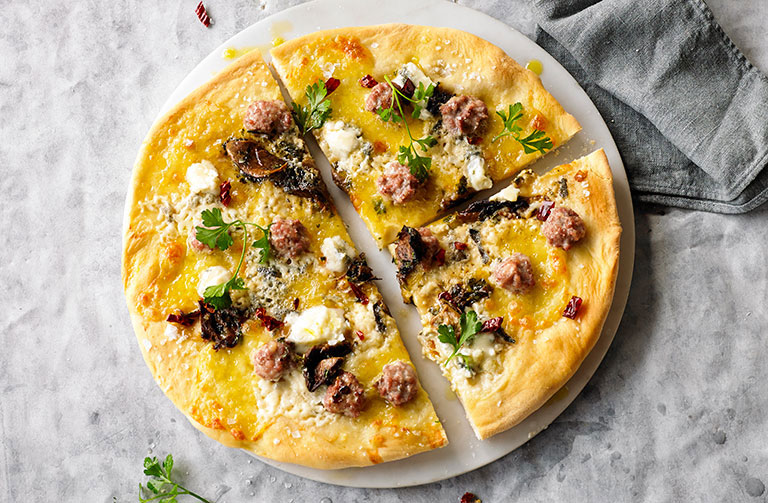 http://www.foodthinkers.com.au/images/easyblog_shared/Recipes/salsiccia-with-porcini-mushrooms-and-gorgonzola-pizza.jpg